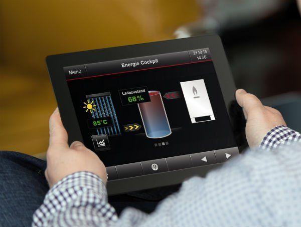 due mani con un tablet e delle immagini con delle percentuali e dei gradi