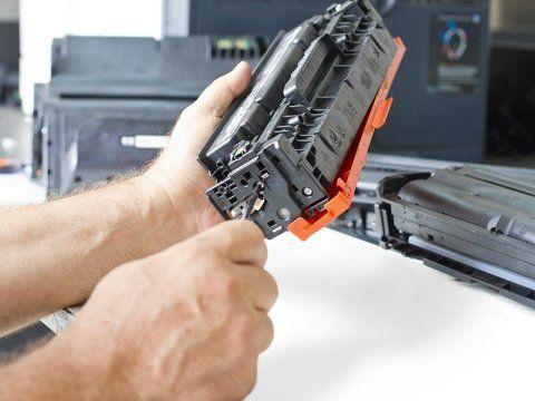 addetto mentre ripara un pezzo di una stampante