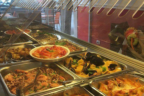 Frittura di calamari e gamberi, cozze, vongole, alice marinate, alici fritte, calamari alla Luciana,pasta bolognesa,tagliatelle al ragù, gli spaghetti all'amatriciana, le lasagne alla boscaiola, i cannelloni, il risotto alla pescatora. le melenzane alla parmigiana,  trippa alla romana, cotolette alla milanese fatte in casa, polli a forno.