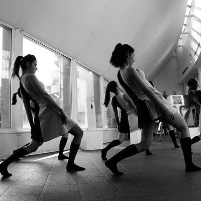 delle donne che eseguono dei passi di danza