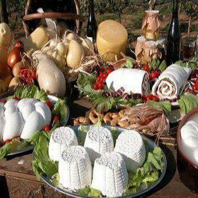 tavola con piatti di prodotti tipici,formaggi freschi e mozzarella