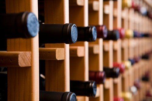 delle bottiglie di vino in una enoteca