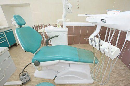Sala operatoria odontoiatrica con lettino reclinabile