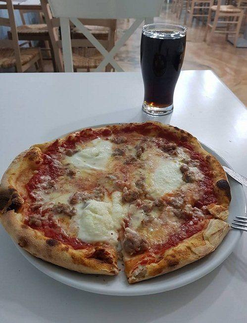 Pizza rossa con formaggio e bevanda
