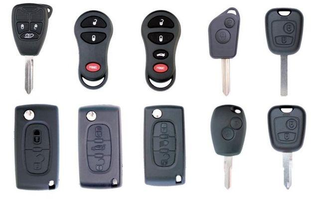 delle chiavi, una cerniera e un blocco serratura