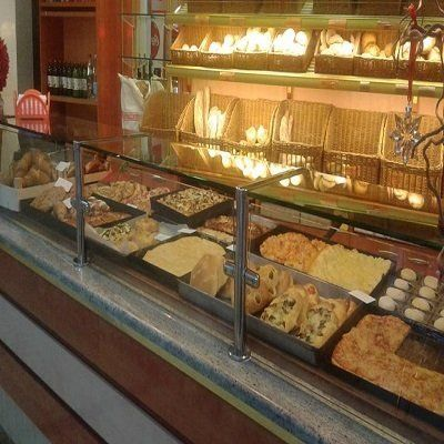 vista del banco di una panetteria con pane e dolci esposti