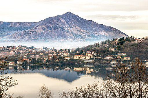 Vista di un lago ad Avigliana vicino a Donna Sofì