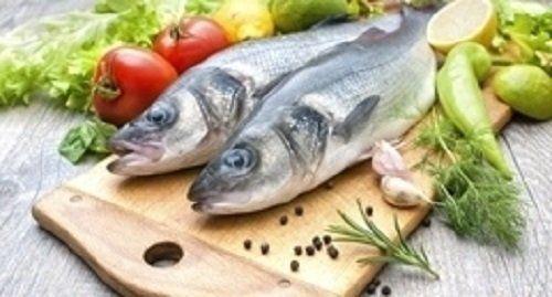 tagliere con pesci crudi