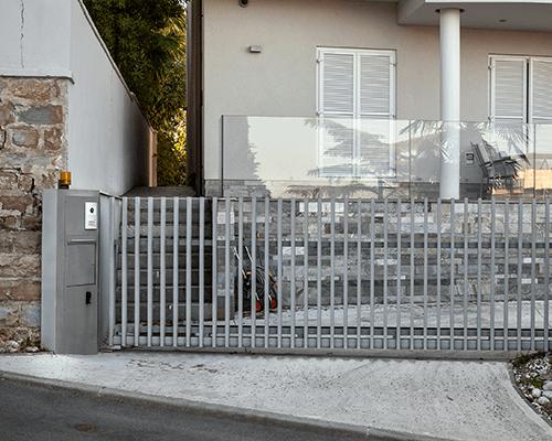 un cancello automatico davanti un edificio