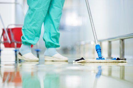 una persona durante pulizia pavimenti