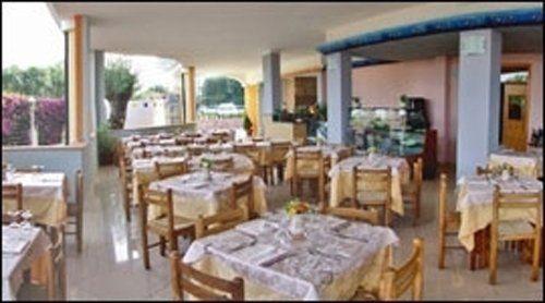 tavoli apparecchiati nel ristorante