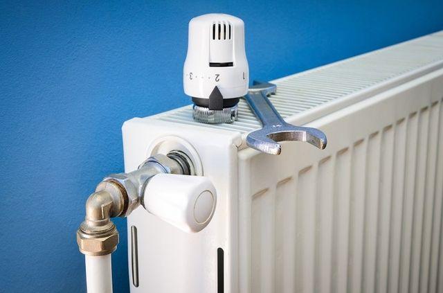 un termosifone e una chiave inglese