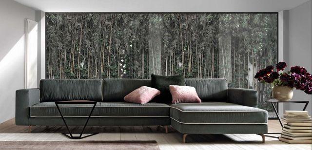 Ampia camera da letto con mobili in legno scuro, lampade e tappeto nere