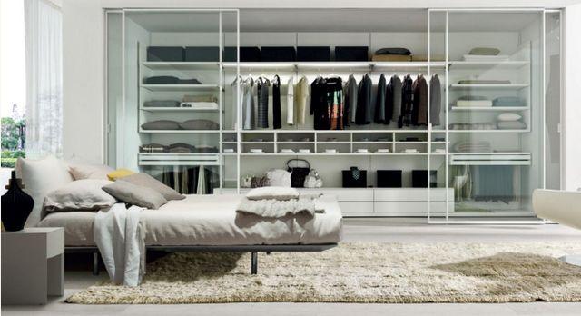 Salon con sofà di pelle, grandi finestre ,luci alogene e camino