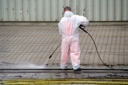pulizia con detergente industriale