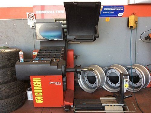dispositivo per sostituzione pneumatici mezzi pesanti