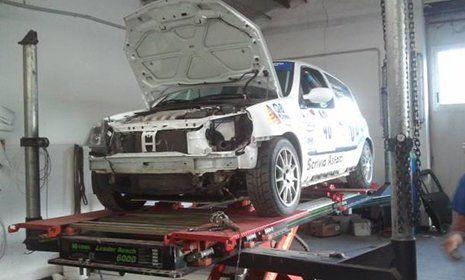 Un'auto da rally in fase di riparazione