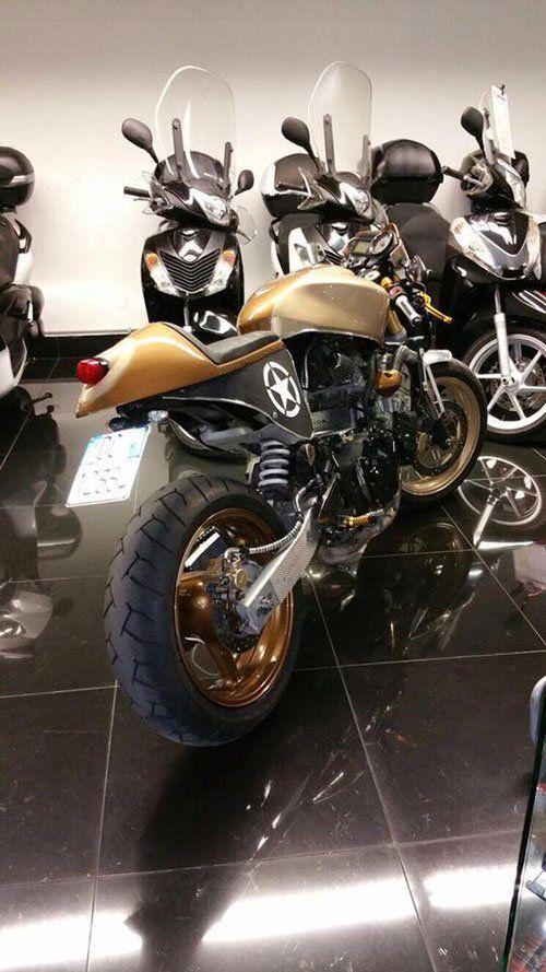 Moto sportiva dorata di grossa cilindrata