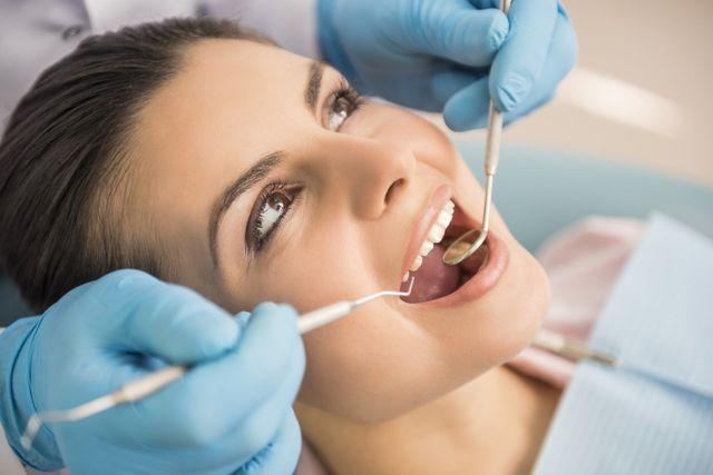 Dentista analizza il cavo orale di una donna
