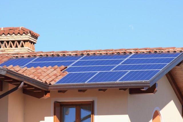 dei pannelli solari su una casa