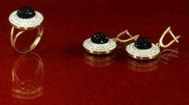 anello e orecchini con pietra nera