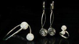 anello, orecchini e collana con brillanti