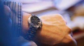 mano di un uomo con orologio al polso