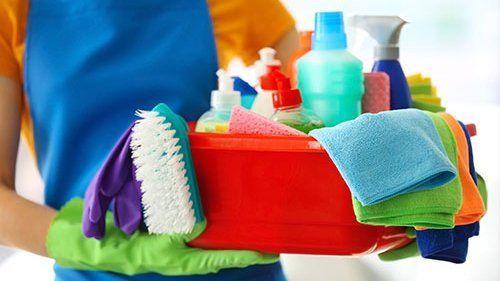 contenitore con prodotti per le pulizie