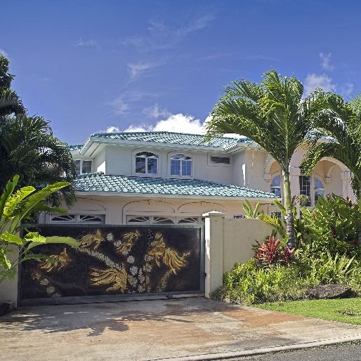 luxury Hawaiian house wtith palm trees