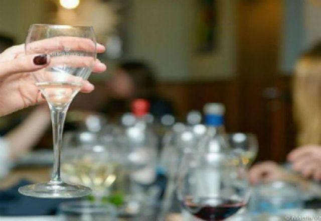 Un brindisi con vino bianco