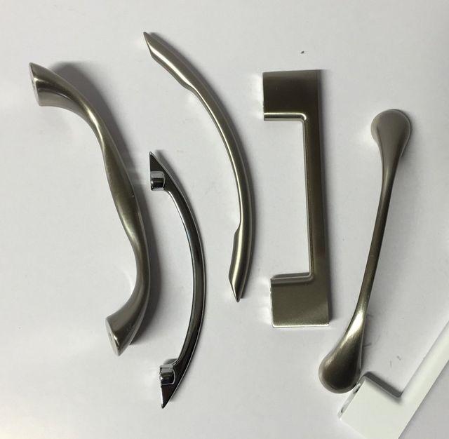 Cinque maniglie in metallo di varie forme