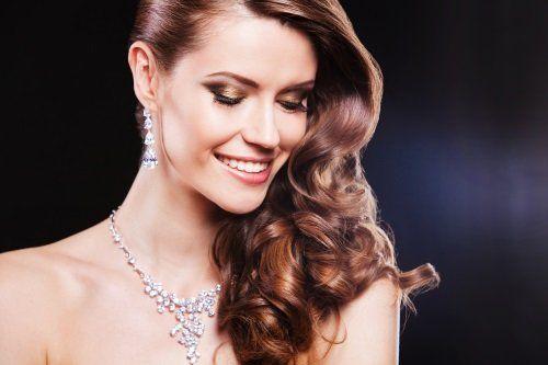 Donna che indossa gioielli