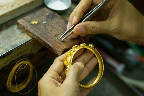 incastonatura pietre su anello