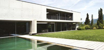 vetrata panoramica in casa con grande giardino