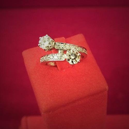 un anello di diamanti