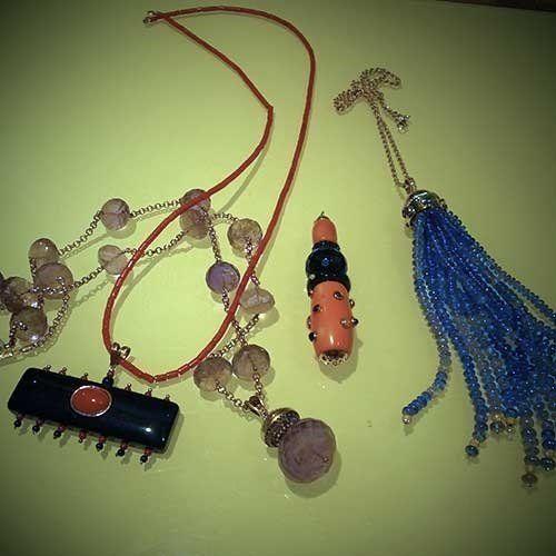 un pendente con perle blu e altri accanto