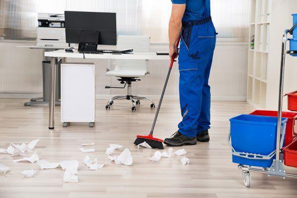 Uomo pulisce il pavimento di un'ufficcio-Puli.Gest. sas a Caorle