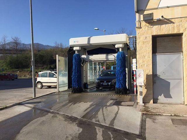 Lavaggio automatico di automobili vista frontale