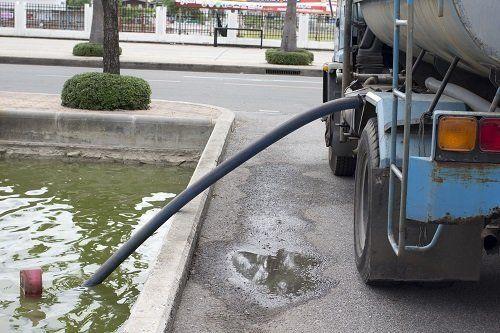 Camion estraendo l'acqua