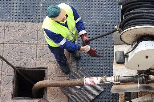 Operatore preparando la pulizia di un pozzo nero
