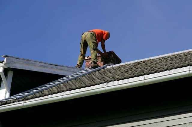 un uomo al lavoro su un tetto