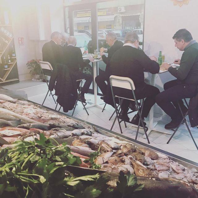 pranzo nella pescheria con clienti