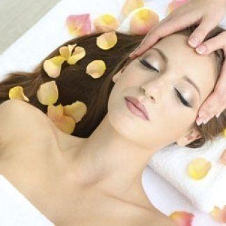 mani massaggiano la testa di una donna