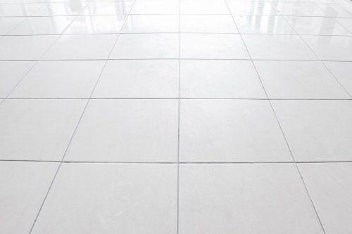 un pavimento di piastrelle bianche