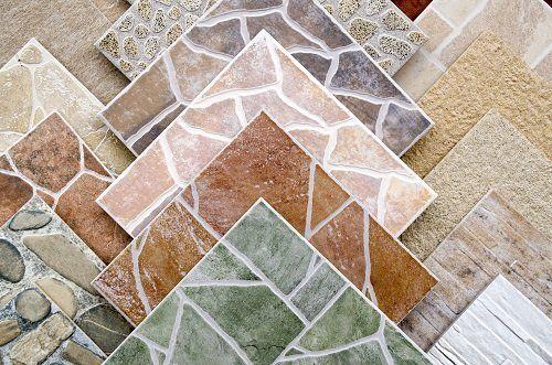 delle piastrelle in ceramica effetto pietra di diversi colori