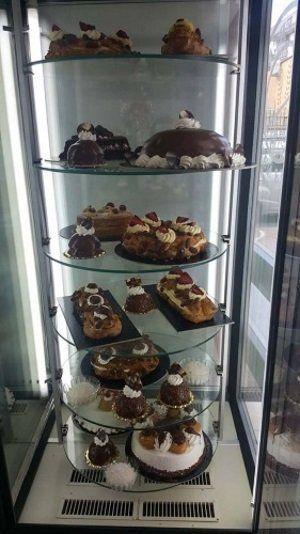 una vetrina con delle torte al cioccolato e crema pasticcera