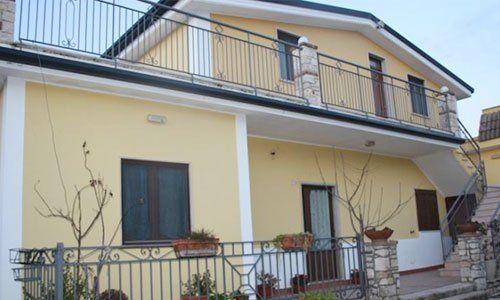 Vista dall'esterno di una villa a due piani