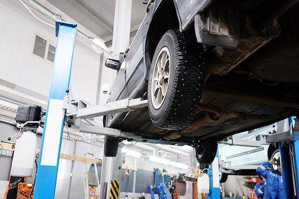 Auto sul ponte con installati pneumatici di chiodi
