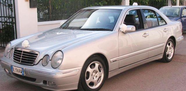 Auto Mercedes Clk grigia metallizzata con bouquet sposi sull'estremita' anteriore del cofano e sullo specchietto destro