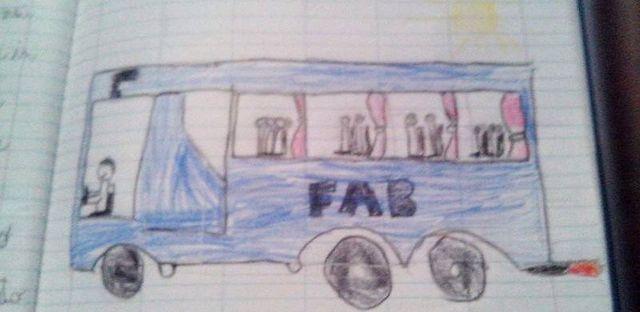 disegno fatto da un bambino di un pullman blu con dentro un omino